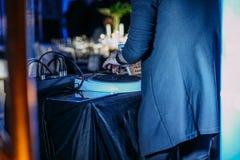DJ trance этап сцены музыки выполняет зад стоковые изображения rf