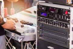 DJ używa ich ręki przystosowywać pojemność i badać dźwięka standard Obrazy Royalty Free