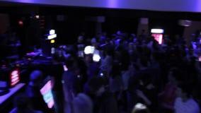 DJ ustawiający przy klubem nocnym, społeczeństwo cieszy się muzykę, taniec, tłuc zdjęcie wideo