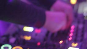Dj-utrustning som spelar blandningen i nattklubb, räcker att nypa styrning lager videofilmer