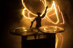 DJ-Vereinkonzept DJ, das mischt und in einem Nachtklub verkratzt Mannschattenbild auf Vinyldrehscheibe, -Rundumleuchten und -nebe lizenzfreies stockbild
