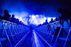 DJ voert een levend elektronisch overleg van de dansmuziek uit stock afbeelding