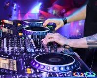 DJ, welches die Bahn spielt Stockfotos