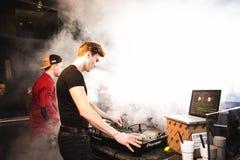 DJ& x27; 在俱乐部的s 免版税库存照片