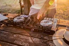 DJ y mezclador Partido del verano en la playa Lido Fotos de archivo libres de regalías