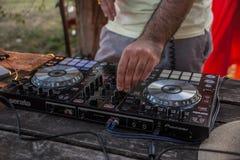 DJ y mezclador Partido del verano en la playa Lido Fotografía de archivo