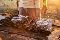 DJ y mezclador Partido del verano en la playa Lido Imagen de archivo