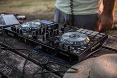 DJ y mezclador Partido del verano en la playa Lido Foto de archivo