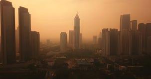 Djakarta de stad in met mist van luchtvervuiling stock video