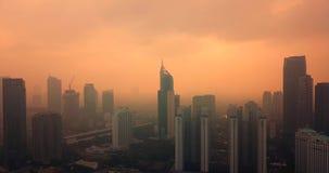 Djakarta de stad in met wolkenkrabbers en mist stock video