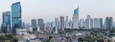 Djakarta, Indonesië - circa Oktober 2015: Panorama van de wolkenkrabbers van Djakarta bij zonsondergang Stock Foto