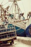 Djakarta, Indonesië - Januari 22, 2018: Indonesische havenarbeiders Stock Foto's