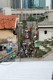 Djakarta, Indonesië - Januari 26 2017: Verkeer in een kleine krottenwijk s royalty-vrije stock foto