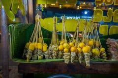 DJAKARTA, INDONESIË - 5 MAART, 2017: Bundels van vleespennen met vlees en groenten die wachten worden geroosterd, straatvoedsel stock afbeeldingen