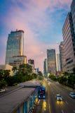 DJAKARTA, INDONESIË - 3 MAART, 2017: Modern deel van stadshorizon zoals die van afstand, mooie zonsonderganghemel met purple word Stock Afbeelding