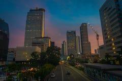 DJAKARTA, INDONESIË - 3 MAART, 2017: Modern deel van stadshorizon zoals die van afstand, mooie zonsonderganghemel met purple word Royalty-vrije Stock Afbeeldingen