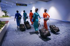 DJAKARTA, Indonesië - OCT 03 2017: luchtstewardess in internationale luchthaven, die met haar bagage lopen stock foto