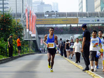Djakarta - Oktober 27, 2013 Agustinus Benu Indonesia Runner bij de Marathon van Djakarta Stock Foto's