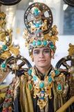 DJAKARTA - 5 september, 2018: portret van knappe jongen in het traditionele plechtige kostuum van Zuidoost-Azië met gouden en kos stock fotografie