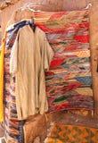 Djellaba marroquino tradicional da roupa, souk AIT-Ben-Haddou Kasb Foto de Stock Royalty Free