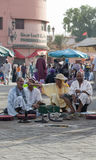 Djemaa的el Fna -马拉喀什的麦地那处所的市场耍蛇者2014年8月的24日在马拉喀什,摩洛哥 库存照片