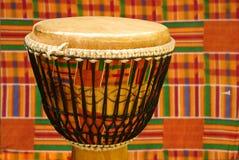 Djembe africain avec le tissu de Kente Image libre de droits