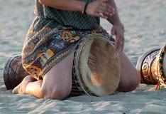 Djembe auf dem Strand Stockfotos