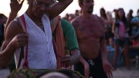 Djembespeler die voor prestaties op het strand voorbereidingen treffen stock videobeelden