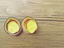Djenkol豆或Archidendron jiringa种子(泰国Luk Nieng)有木背景 库存图片