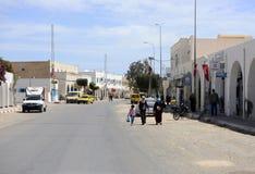 Djerba ulica - Tunezyjskie kobiety, Muzułmańskie Tradycyjne suknie, afryka pólnocna Obrazy Royalty Free