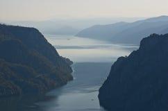 从Djerdap峡谷的顶端多瑙河在最狭窄的地方 库存图片