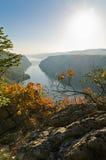 从Djerdap峡谷的顶端峭壁的看法向河多瑙河 免版税图库摄影
