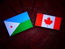 Djibouti flaga z kanadyjczyk flaga na drzewnym fiszorku odizolowywającym obrazy royalty free