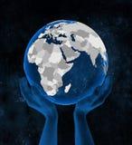 Djibouti sur le globe dans des mains illustration libre de droits