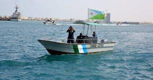 Djiboutierkustbevakningpatrull i porthamnen Arkivfoto
