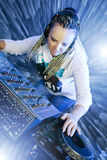 dj演奏妇女的mikser音乐 免版税库存图片