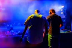 DJs在夜迪斯科执行 库存照片
