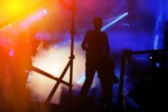 DJs exécutent dans une disco de nuit Images stock
