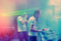 DJs exécutent dans une disco de nuit Photo stock