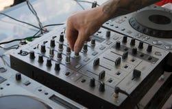 Djs hand på musiken, kontrollbord arkivfoto