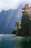 Djungel sjö Khao Sok Fotografering för Bildbyråer
