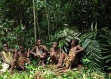 Djungelgruppstående av kvinnor från en Baka stam av pygméer Dzanga-Sangha Forest Reserve, Centralafrikanska republiken Royaltyfri Bild
