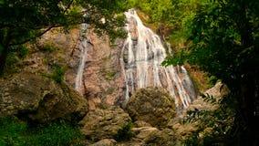 Djungelparadislandskap av det tropiska landet Vattenfallkaskad i grön regnskogrörelse av vattenflöde från klippan lager videofilmer
