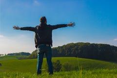 Djup andning för man i natur Fotografering för Bildbyråer