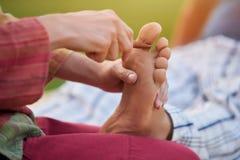 Djup avslappnande fot massage arkivbilder