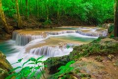 Djup djungelskogvattenfall på den Erawan vattenfallnationalparken Royaltyfri Bild