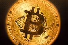 Djup för närbild Bitcoin för guld- mynt grunt av fältet dof arkivfoto