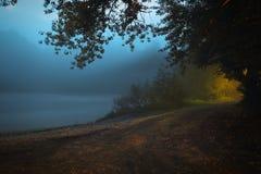 Djup mist över flodvit, skymning, långt exponeringsfoto Royaltyfria Bilder