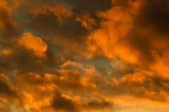Djup orange solnedgånghimmel på vintern Arkivbilder