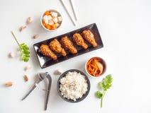 Djup platta för stekt kycklingvinge med vitlöksås i koreansk stil Arkivbild